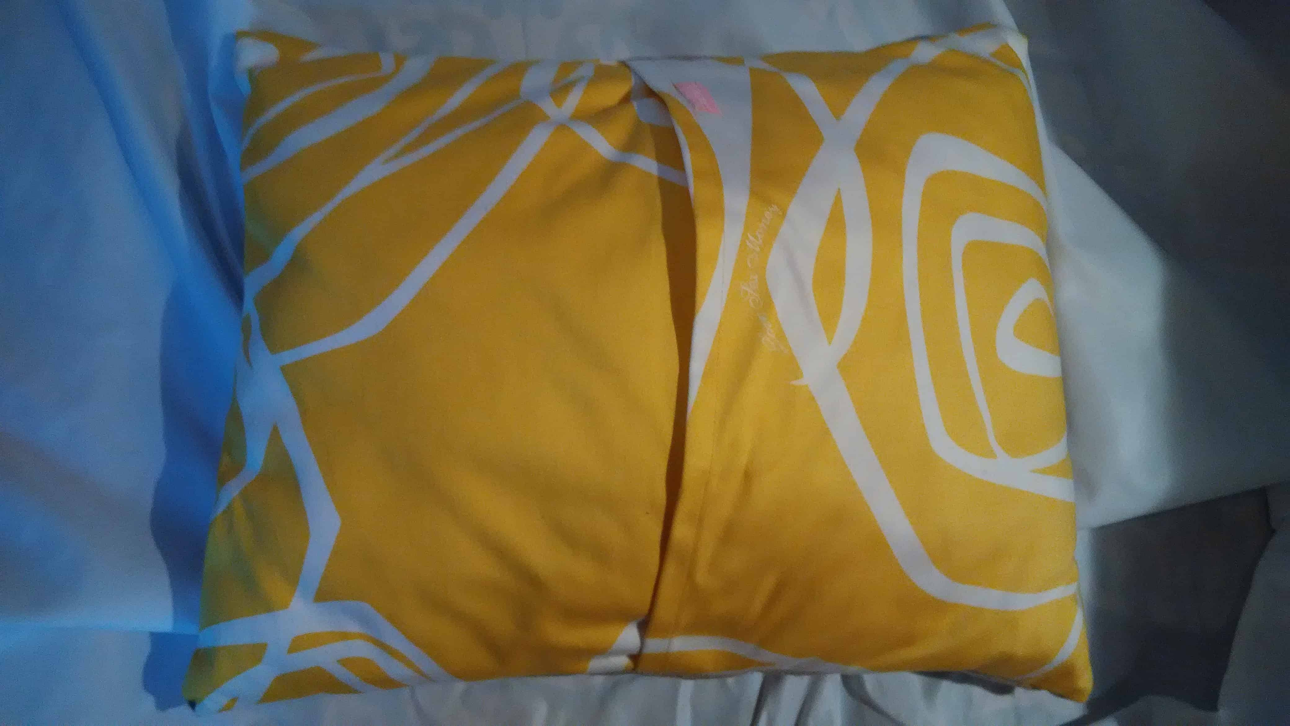 Louise.h coussin dos jaune