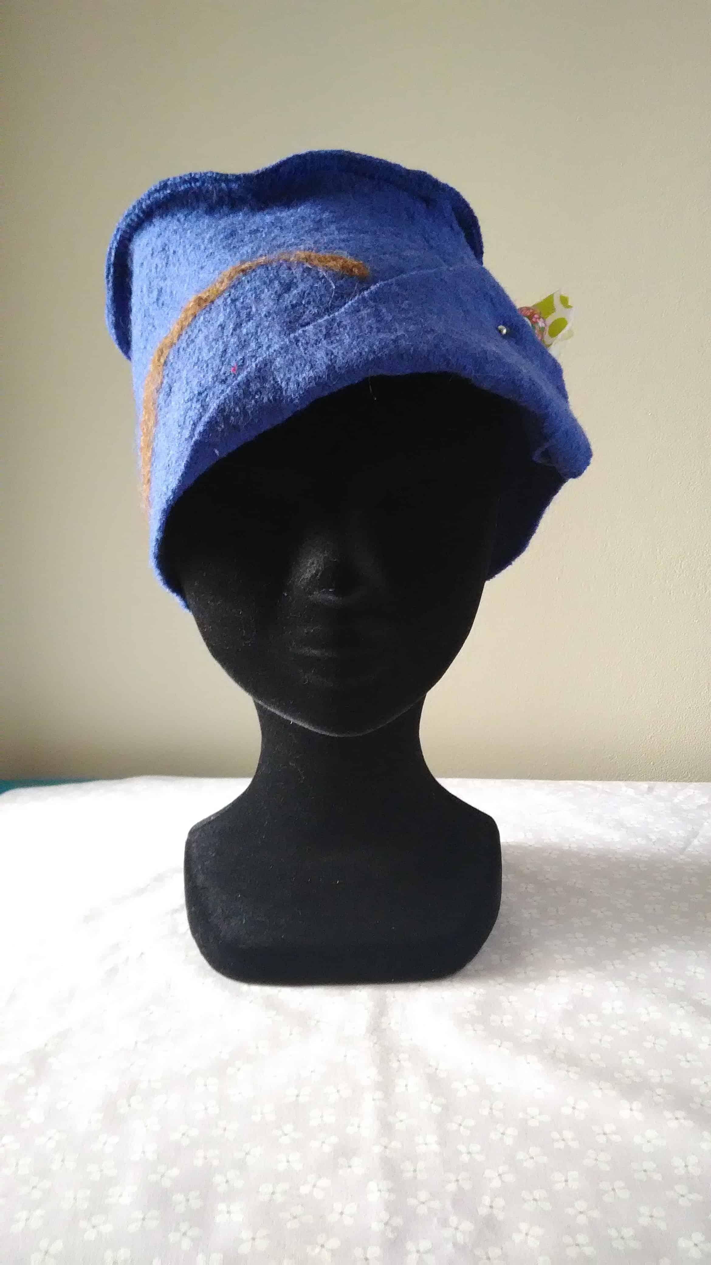 Louise.h accessoires chapeau en laine bouillie bleue et feutrage à l'aiguille