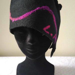 Louise.h accessoires chapeau en laine bouillie noire et feutrage à l'aiguille