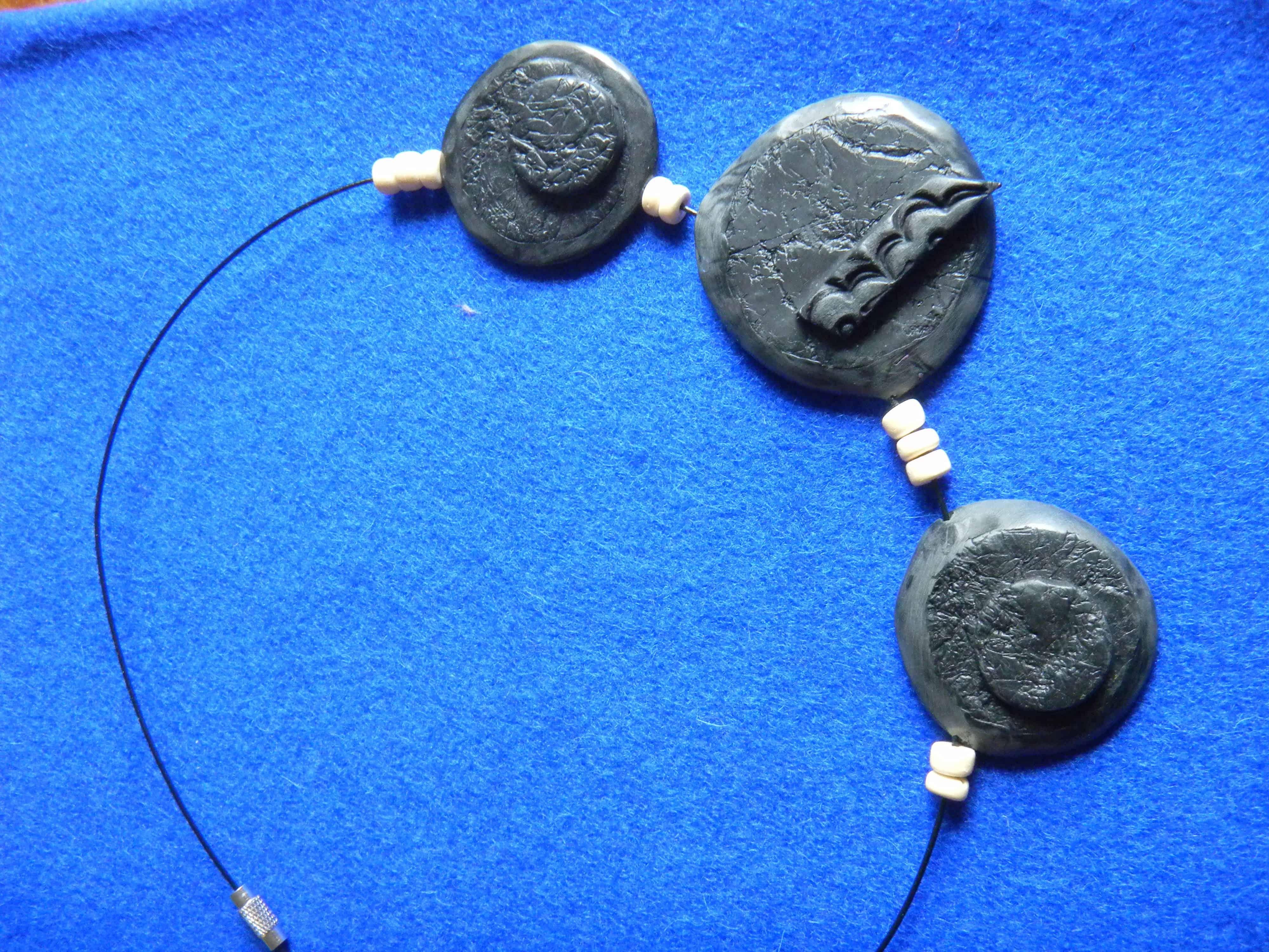 Louise.h bijoux collier noir en polymère et perles naturelles