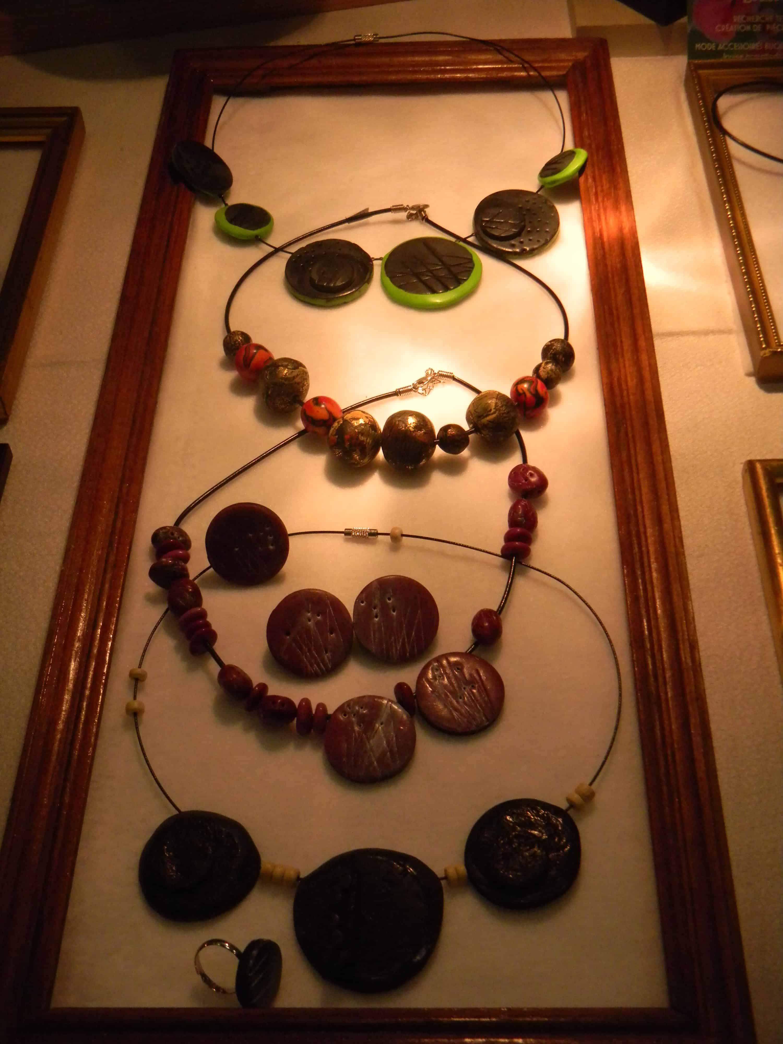 Louise.h bijoux colliers en présentation