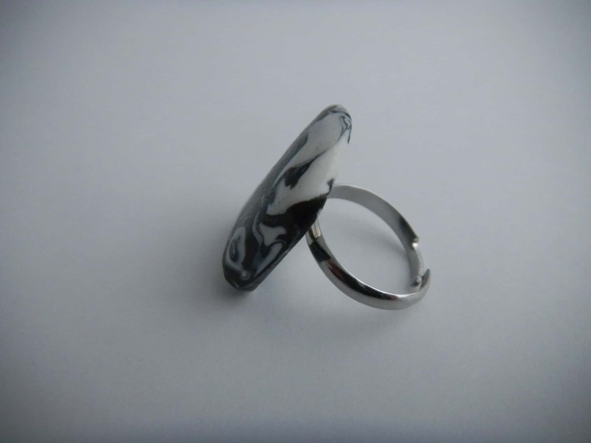 Louise.h bijoux bague en polymère noire et blanche de côté