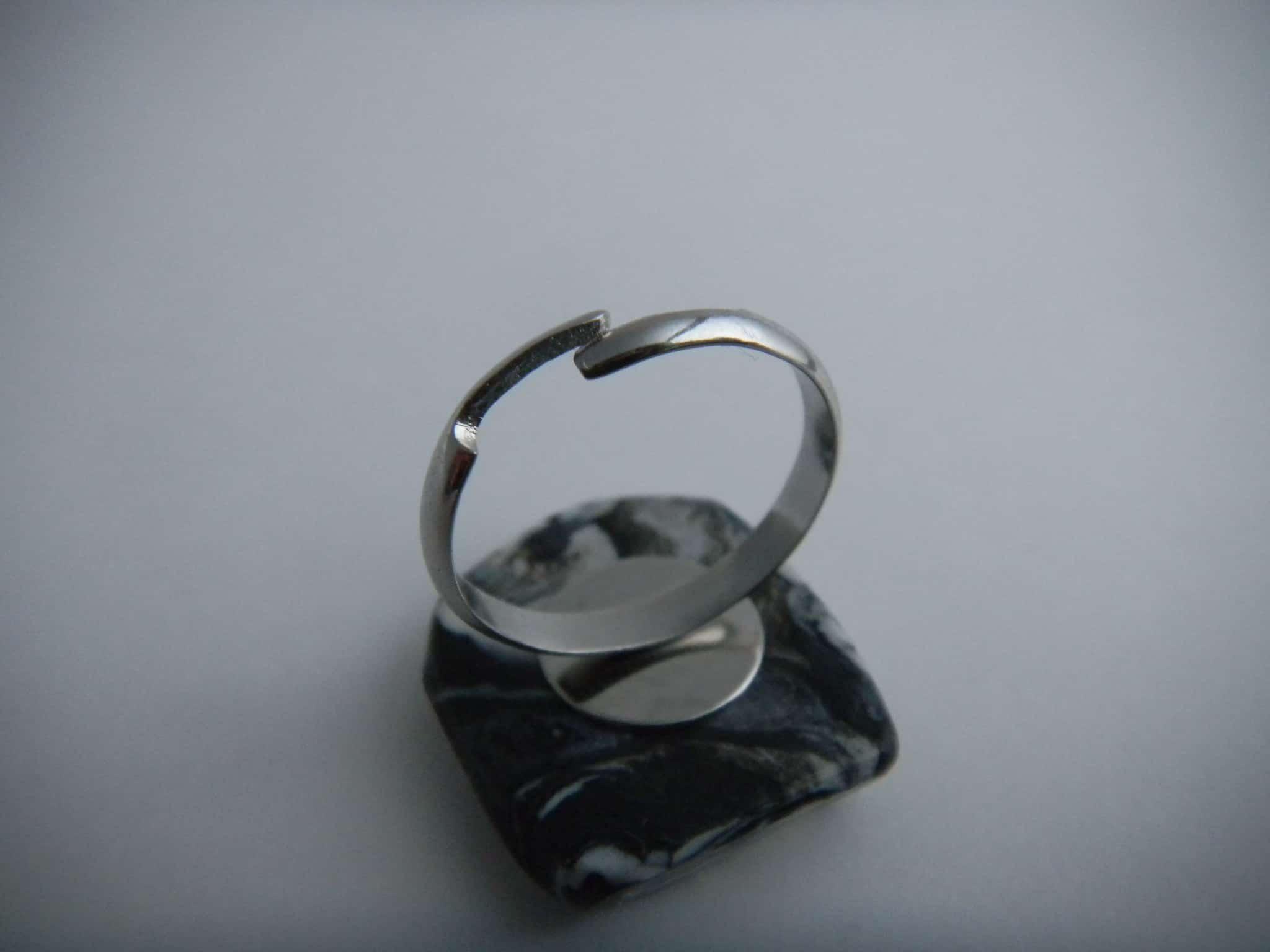 Louise.h bijoux bague en polymère noire et blanche dos