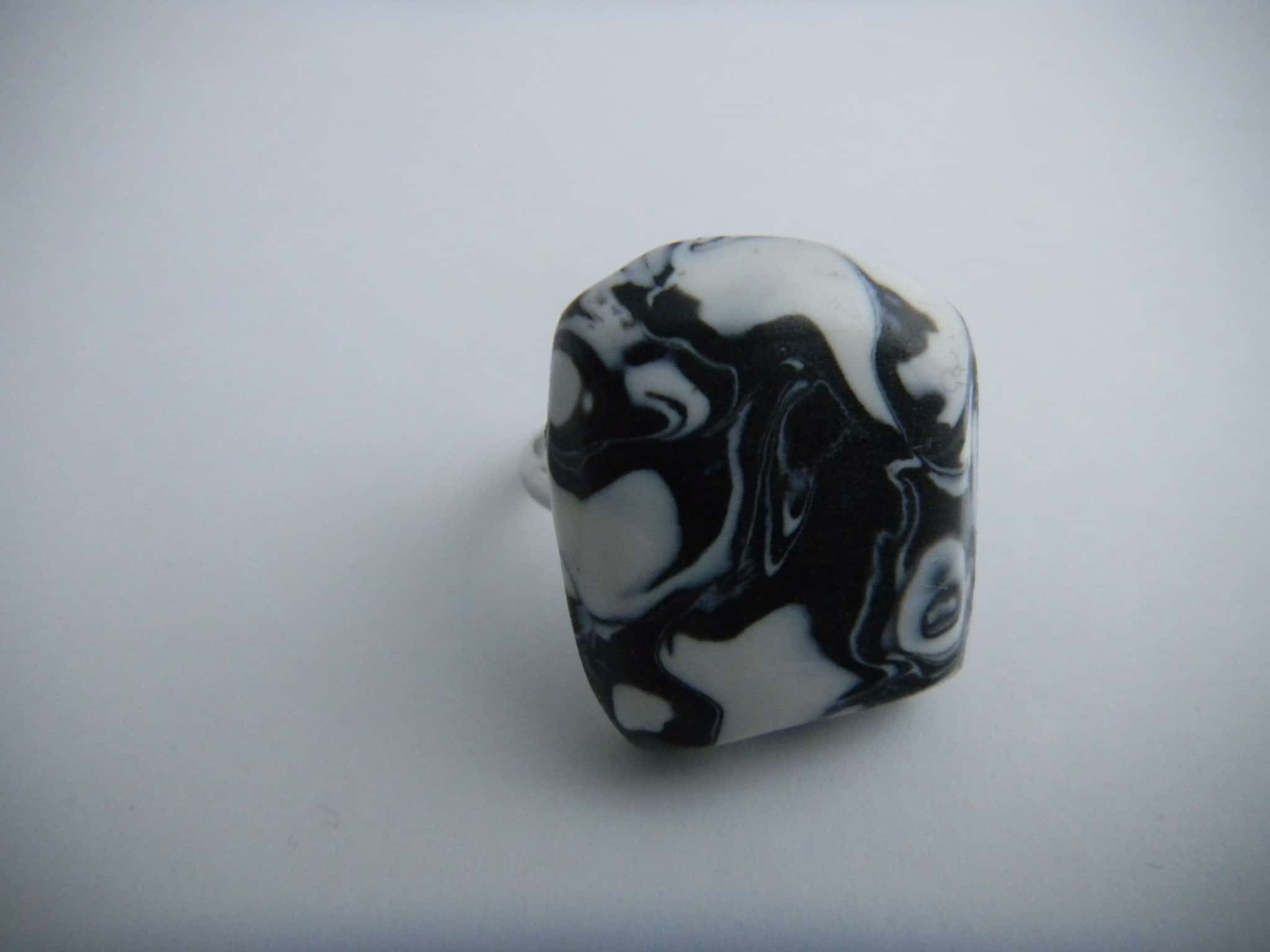 Louise.h bijoux bague en polymère noire et blanche