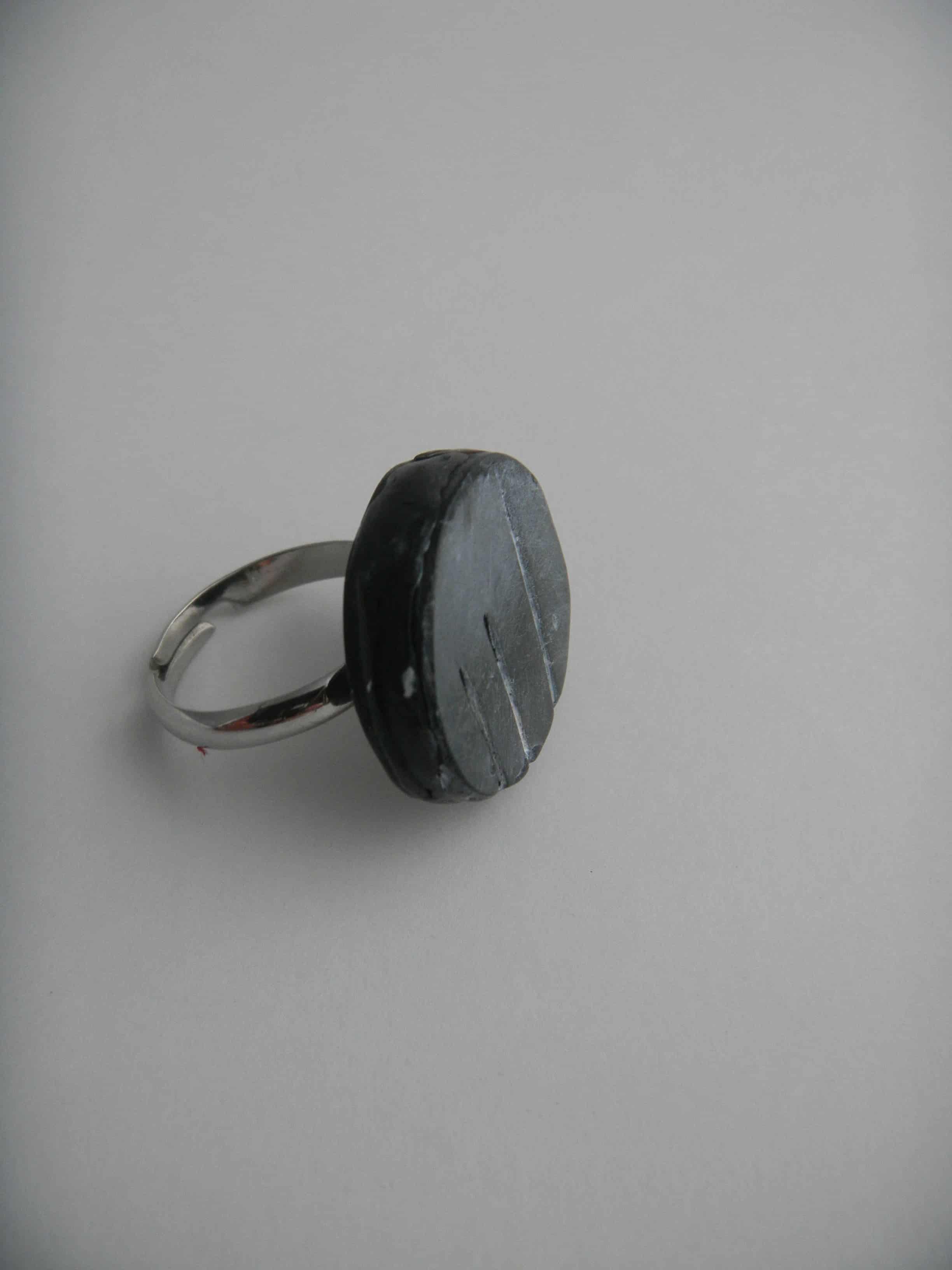Louise.h bijoux bague noire et blanc coté