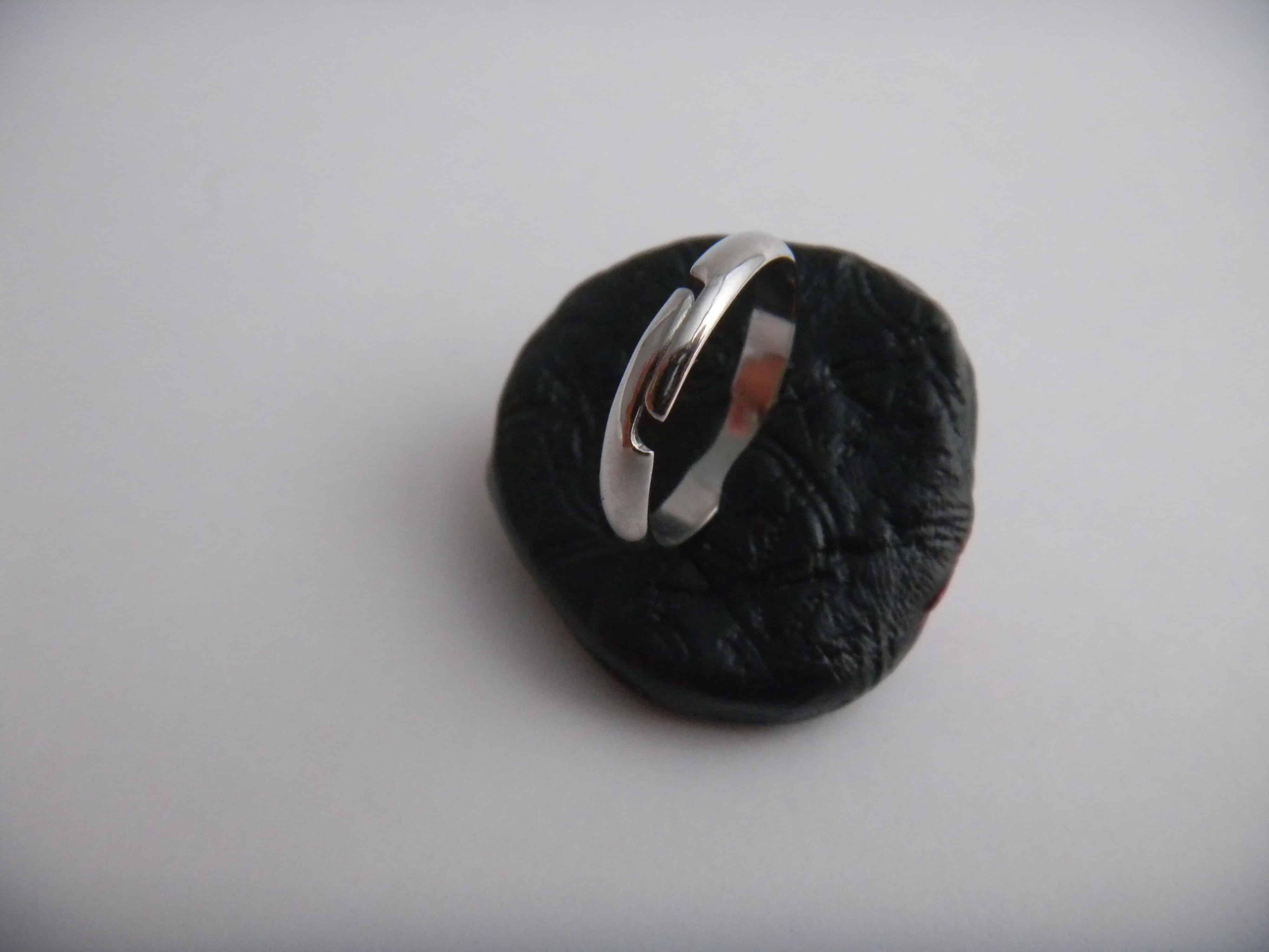 Louise.h bijoux bague polymère noire et rouge dos