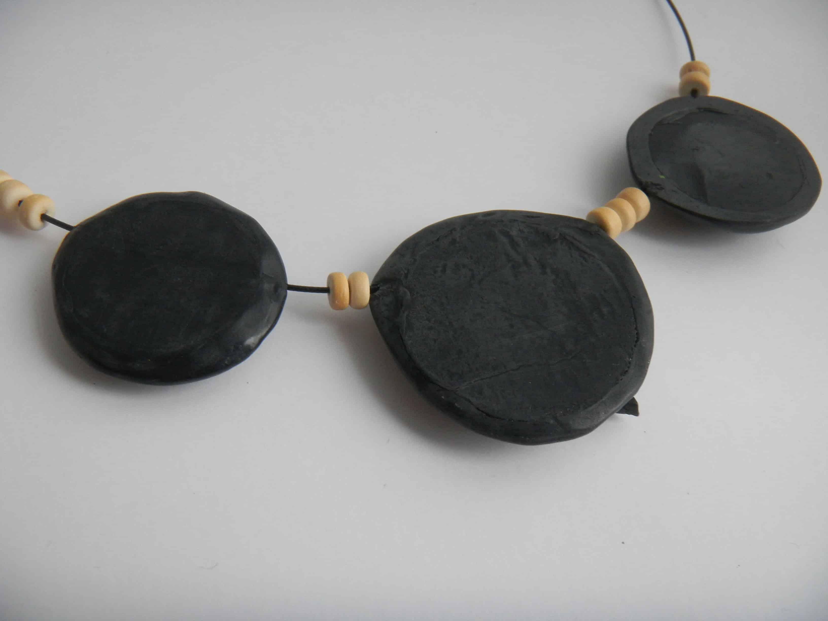 Louise.h bijoux collier noir et bois dos