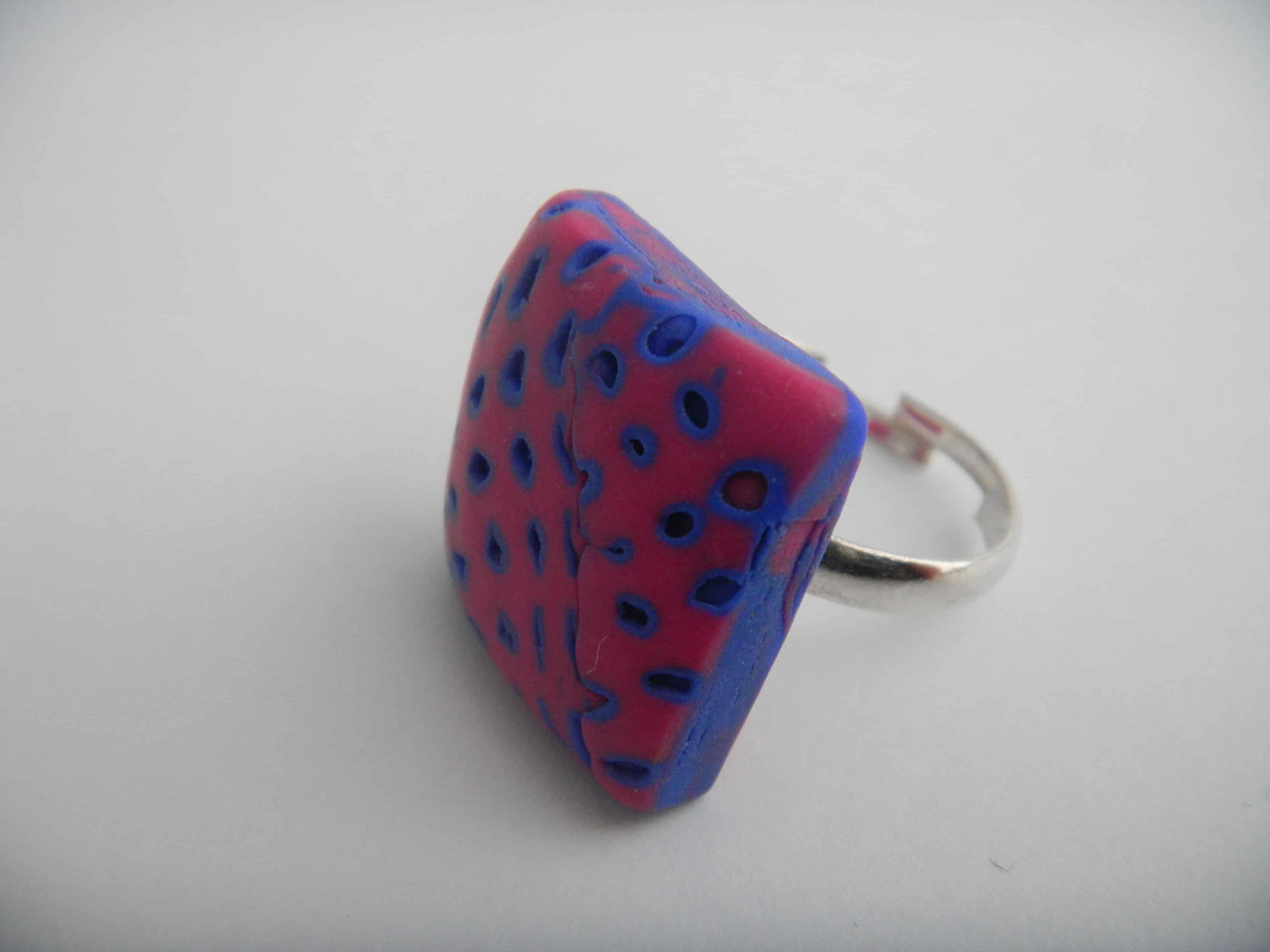 Louise.h bijoux bague bleue et rose carré côté