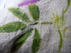 Louise.h décoration coussin peint à la main passiflore détail